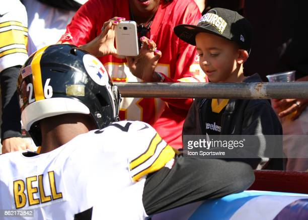Pittsburgh Steelers running back Le'Veon Bell signs an autograph for a young fan before a week 6 NFL game between the Pittsburgh Steelers and Kansas...