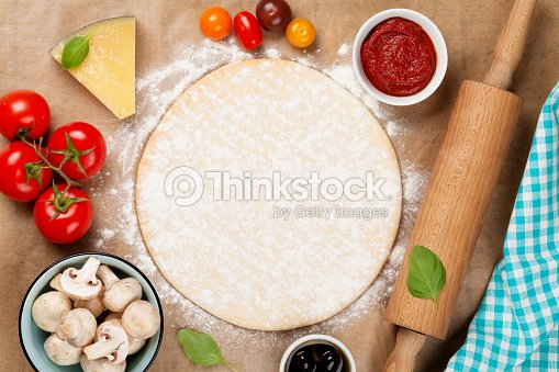 Pizza cocinar con ingredientes de foto de stock thinkstock for Ingredientes para cocinar