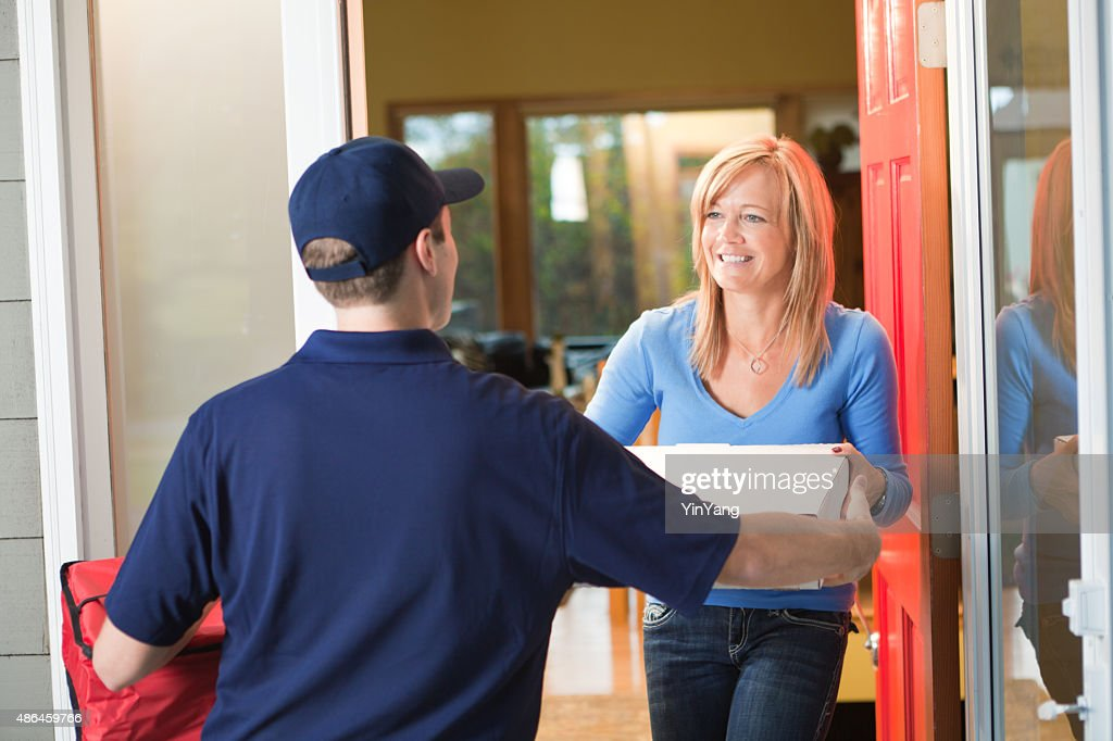 Homme, livraison de pizzas à emporter au client de la maison : Photo