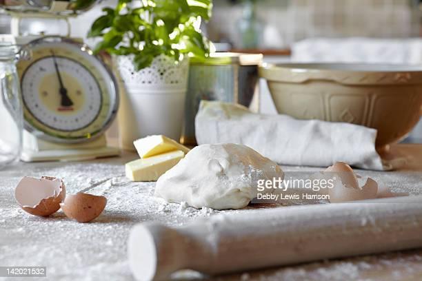 Pizza Pasta e uova in cucina sporca