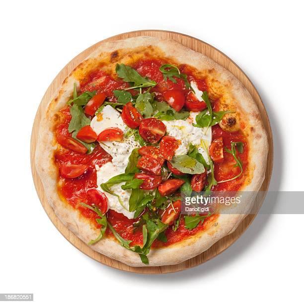 Pizza mit Tomaten, frischem Rucola, burrata auf Holz Teller, auf weißem Hintergrund