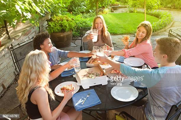 Pizza fiesta con amigos en el Patio jardín en verano