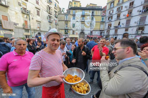 A pizzaiolo offers typical fried snacks to protesters during the protest against Camorra in Sanità Square Naples