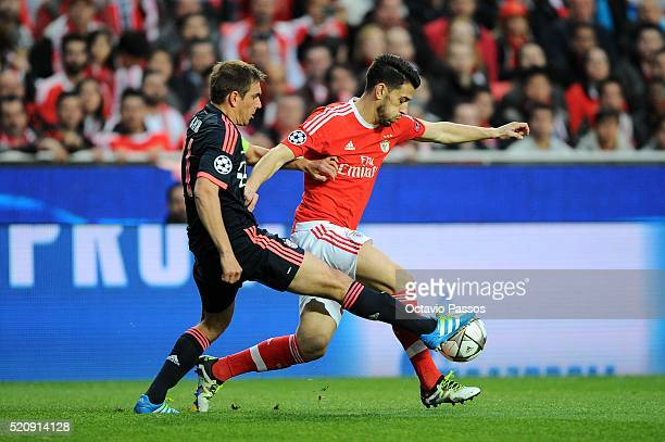 Pizzi of SL Benfica challenges Philipp Lahm of FC Bayern Muenchen during the UEFA Champions league Quarter Final Second Leg match between SL Benfica...