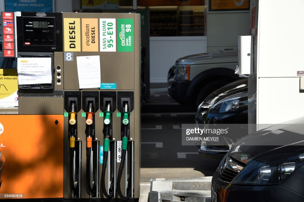 A placard reading '20 liters maximum, no jerrican, no portative containers' has been set at a gas station in Rennes, western France, on May 25, 2016, as widespread blockades of oil depots - as part of strikes over labour reforms - could led to an oil shortage. With a fifth of petrol stations in France running low, police moved in to break a blockade at the depot of Douchy-les-Mines near the Belgian border that had been in place since Thursday. / AFP / DAMIEN