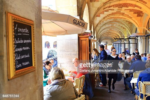 Place de Vosges (square), café under the arcade : Stock Photo