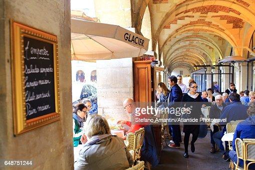 Place de Vosges (square), café under the arcade : Bildbanksbilder