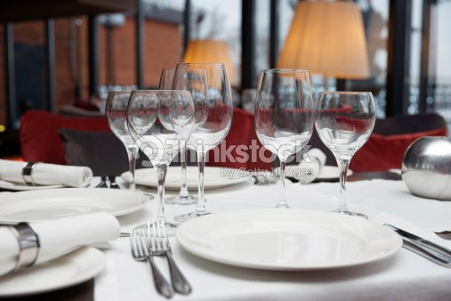 table dress e au restaurant photo thinkstock