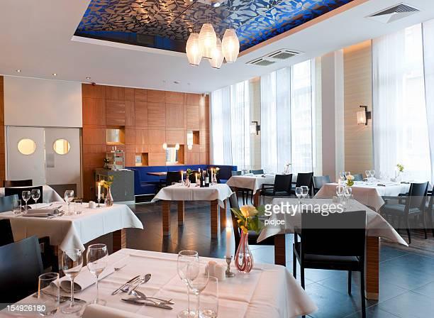 セッティングのダイニングテーブルでの空のレストランの XXXL 画像