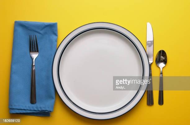 Gedeck auf Gelb mit leeren Platte