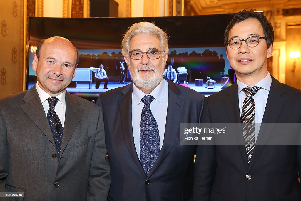 Placido Domingo (C), Seong Cho (M) and Domnique Meyer pose in front of the UHD screen at the press conference at Vienna State Opera on May 5, 2014 in Vienna, Austria.