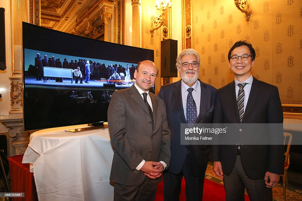 Placido Domingo (L), Seong Cho (M) and Domnique Meyer pose in front of the UHD screen at the press conference at Vienna State Opera on May 5, 2014 in Vienna, Austria.