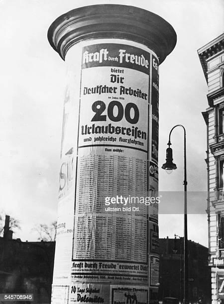 Plakat mit Reiseangeboten an einer Berliner LitfassSäule veröffentlicht