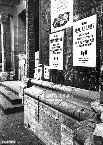 Plakatierung des 'Bund der Verfolgtendes Naziregimes' an WestberlinerSynagogen aus Anlass des Jahrestagesder 'Kristallnacht'November 1951