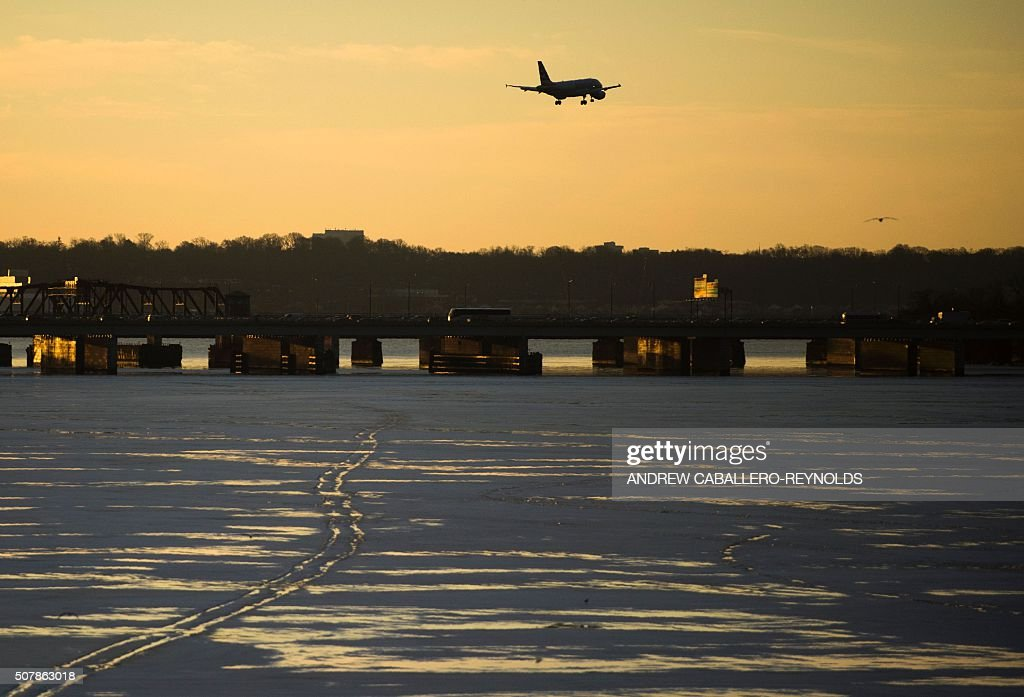 A plane comes in for a landing over the frozen Potomac river in Washington DC on February 1 2016 / AFP / Andrew CaballeroReynolds