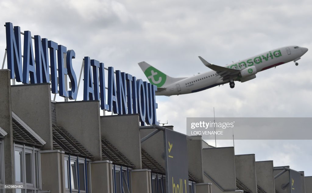 A plane takes off from the Nantes-Atlantique airport in Bouguenais, suburban Nantes, on June 25, 2016, the day before a local referendum organized in Loire Atlantique to transfer of the Nantes Atlantique airport to Notre-Dame-des-Landes. / AFP / LOIC