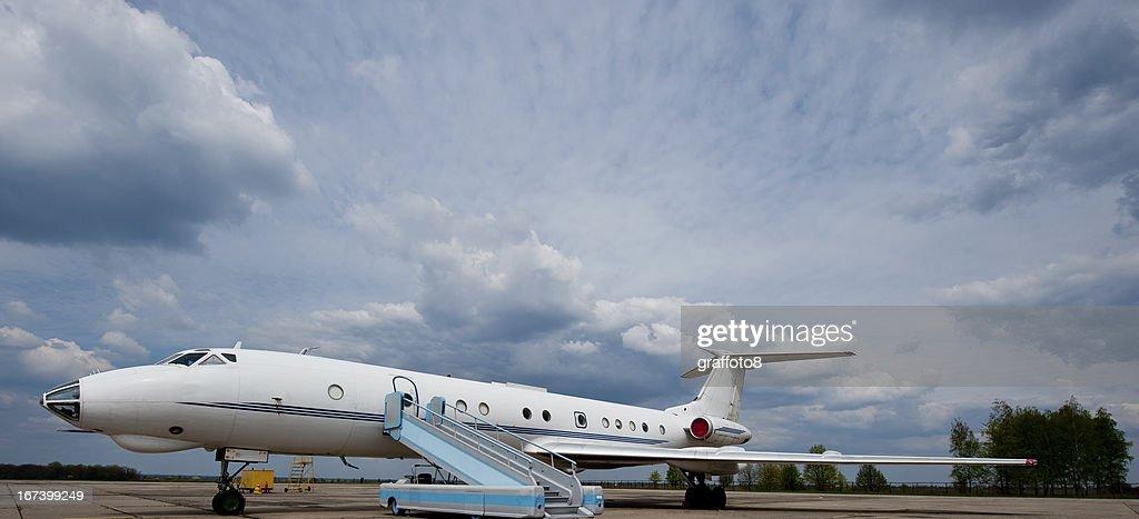 Flugzeug warten für Geschäftsreisende : Stock-Foto