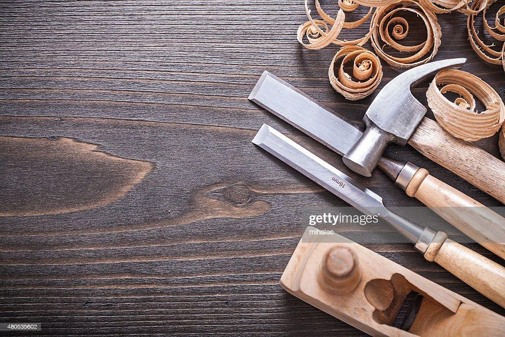 マルチプラナー釘抜き付き金槌金属引き締まった曖昧と木製の曲がった shavin : ストックフォト