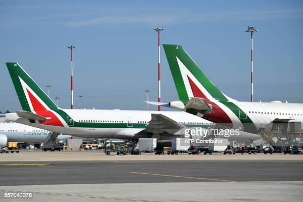 Planes of Italian airline Alitalia are pictured on the tarmac of Rome Fiumicino airport on September 6 2017 in Fiumicino / AFP PHOTO / Andreas SOLARO