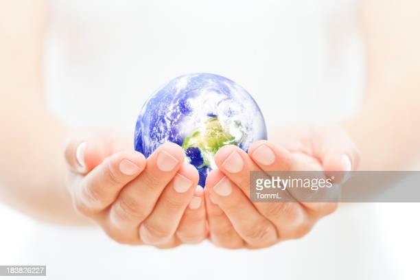 Pianeta Terra nelle mani di una donna a coppa