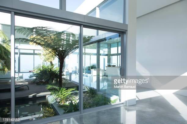 Plantes plus modernes dans l'hôtel courtyard