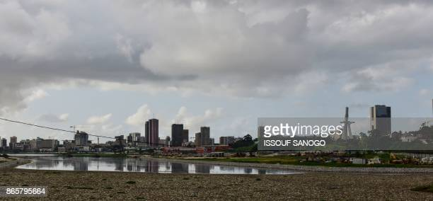 Plastic bottles and other debris blanket the water's edge of the lagoon in Abidjan's business district on October 23 2017 / AFP PHOTO / ISSOUF SANOGO