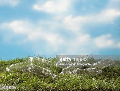 Plastic bottles on grass : Stockfoto