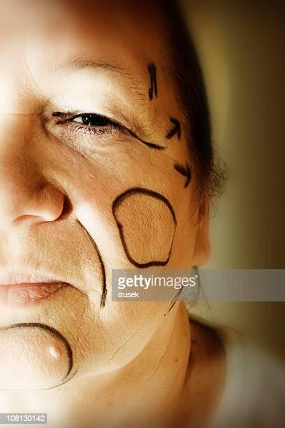 Plastische Chirurgie Linien zeichnen auf Frau Gesicht