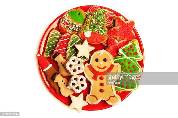 Assiette de fête décorée de gâteaux de Noël isolé sur fond blanc