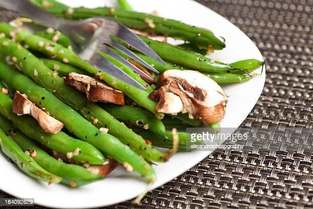 Plat de haricots verts avec des champignons à l'ail