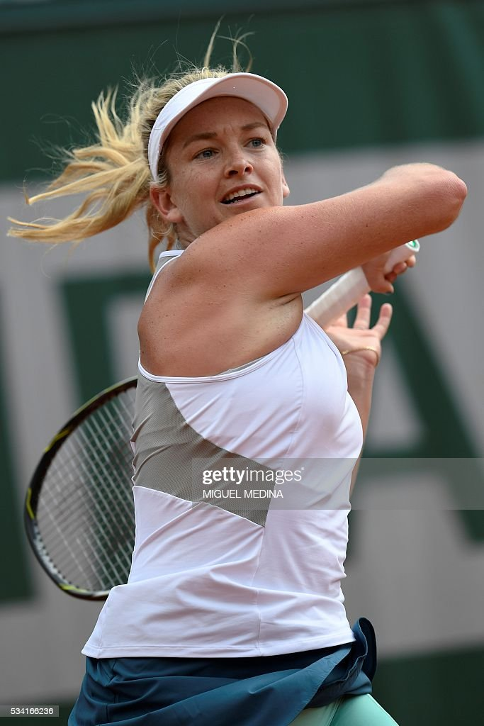 US player Coco Vandeweghe returns the ball to Romania's Irina Begu during their women's second round match at the Roland Garros 2016 French Tennis Open in Paris on May 25, 2016. / AFP / MIGUEL