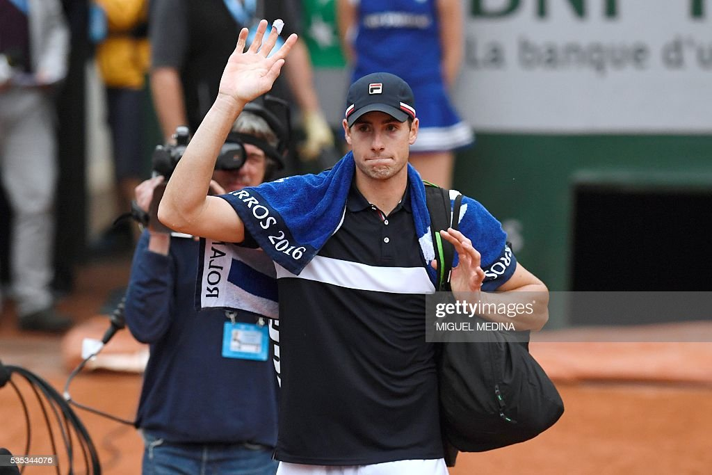 US player John Isner leaves the court after his men's fourth round match against Britain's Andy Murray at the Roland Garros 2016 French Tennis Open in Paris on May 29, 2016. / AFP / MIGUEL