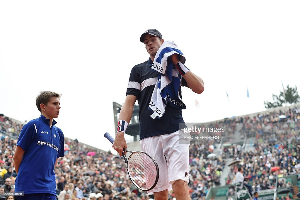 US player John Isner looks on during his men's fourth round match against Great Britain's Andy Murray at the Roland Garros 2016 French Tennis Open in Paris on May 29, 2016. / AFP / Eric FEFERBERG