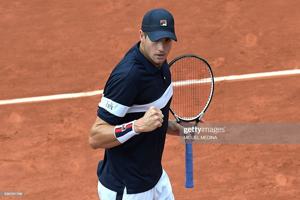 US player John Isner reacts during his men's fourth round match against Britain's Andy Murray at the Roland Garros 2016 French Tennis Open in Paris on May 29, 2016. / AFP / MIGUEL