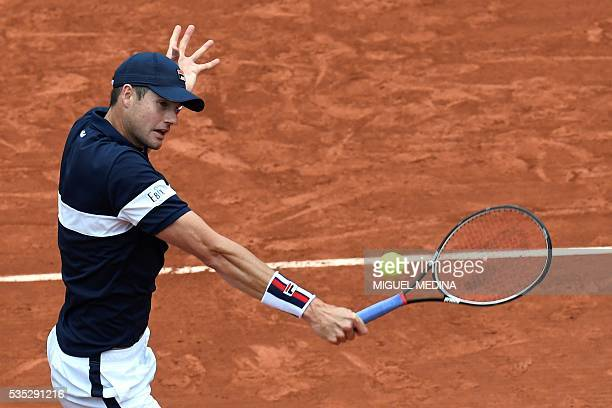 US player John Isner returns the ball to Britain's Andy Murray during their men's fourth round match at the Roland Garros 2016 French Tennis Open in...