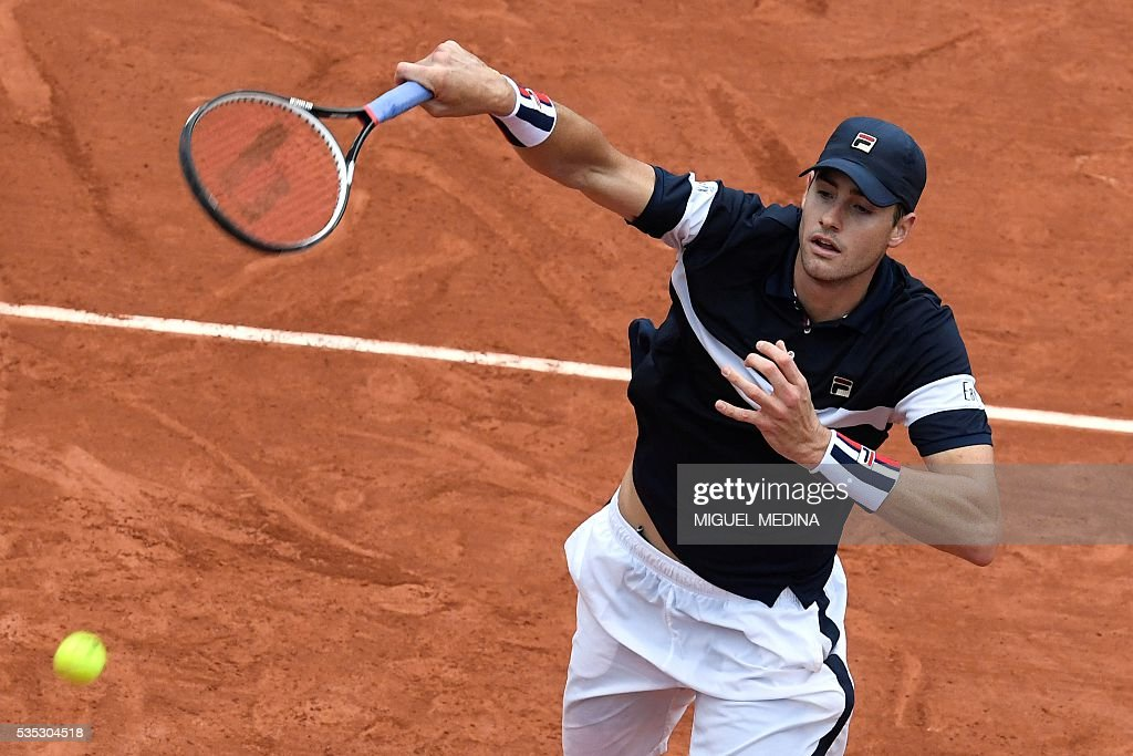 US player John Isner serves the ball to Britain's Andy Murray during their men's fourth round match at the Roland Garros 2016 French Tennis Open in Paris on May 29, 2016. / AFP / MIGUEL