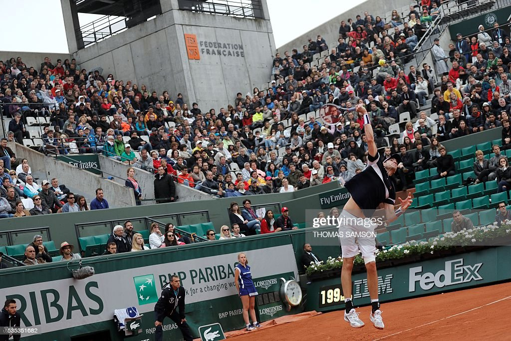 US player John Isner serves the ball to Britain's Andy Murray during their men's fourth round match at the Roland Garros 2016 French Tennis Open in Paris on May 29, 2016. / AFP / Thomas SAMSON