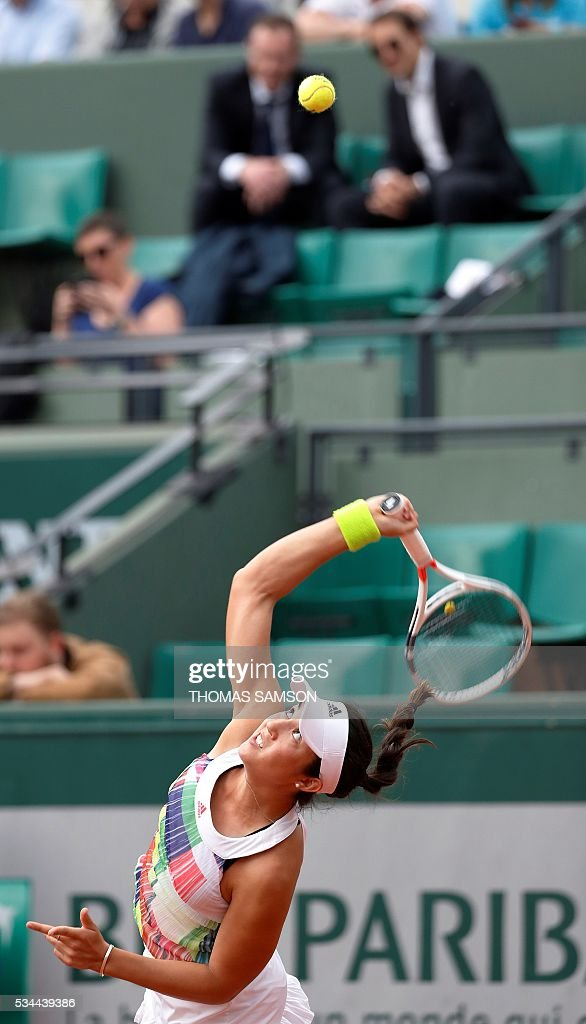 US player Louisa Chirico serves the ball to US player Venus Williams during their women's second round match at the Roland Garros 2016 French Tennis Open in Paris on May 26, 2016. / AFP / Thomas SAMSON