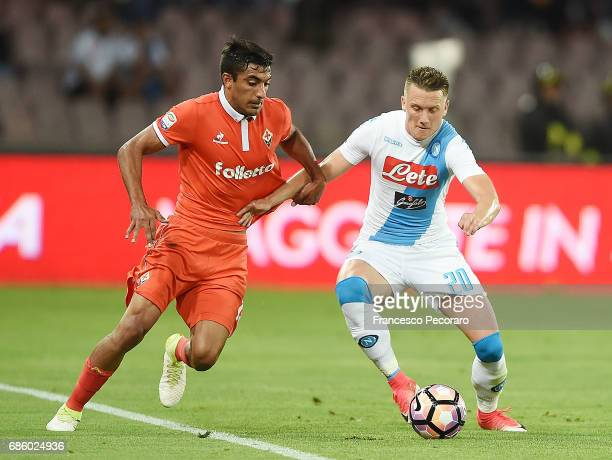Player of SSC Napoli Piotr Zielinski vies with ACF Fiorentina player Maximiliano Olivera during the Serie A match between SSC Napoli and ACF...