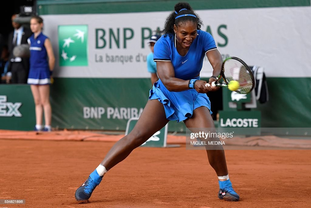 US player Serena Williams returns the ball to France's Kristina Mladenovic during their women's third round match at the Roland Garros 2016 French Tennis Open in Paris on May 28, 2016. / AFP / MIGUEL