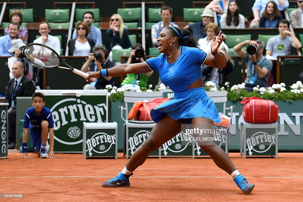 US player Serena Williams returns the match to France's Kristina Mladenovic during their women's third round match at the Roland Garros 2016 French Tennis Open in Paris on May 28, 2016. / AFP / MIGUEL