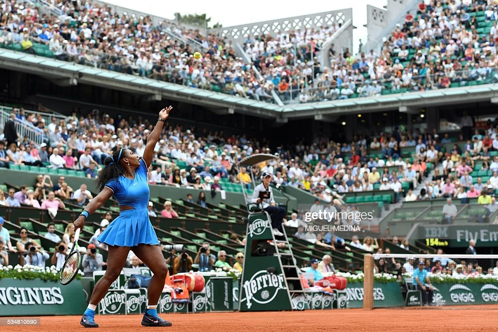 US player Serena Williams serves the match to France's Kristina Mladenovic during their women's third round match at the Roland Garros 2016 French Tennis Open in Paris on May 28, 2016. / AFP / MIGUEL