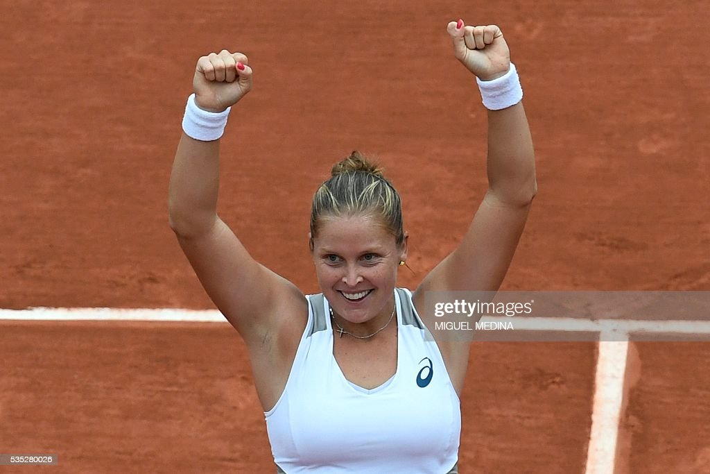 Netherlands' Kiki Bertens celebrates after beating Romania's Irina Begu at the end of their women's fourth round match at the Roland Garros 2016 French Tennis Open in Paris on May 29, 2016. / AFP / MIGUEL