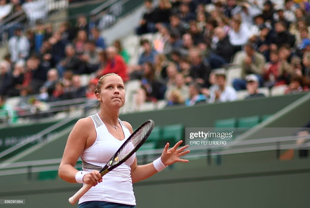 US player Shelby Rogers reacts during her women's fourth round match against Romania's Irina Begu at the Roland Garros 2016 French Tennis Open in Paris on May 29, 2016. / AFP / Eric FEFERBERG
