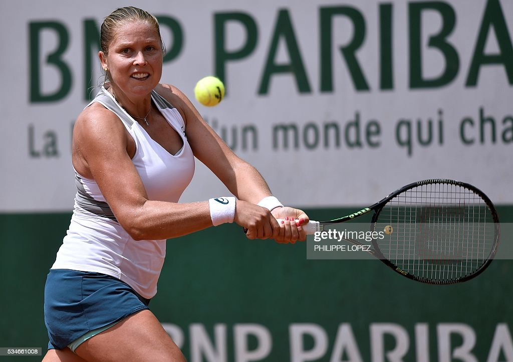 US player Shelby Rogers returns the ball to Czech Republic's Petra Kvitova during their women's third round match at the Roland Garros 2016 French Tennis Open in Paris on May 27, 2016. / AFP / PHILIPPE