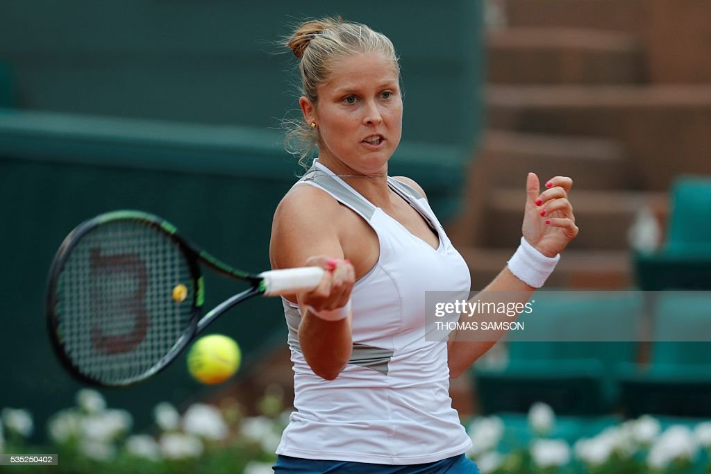 US player Shelby Rogers returns the ball to Romania's Irina Begu during their women's fourth round match at the Roland Garros 2016 French Tennis Open in Paris on May 29, 2016. / AFP / Thomas SAMSON