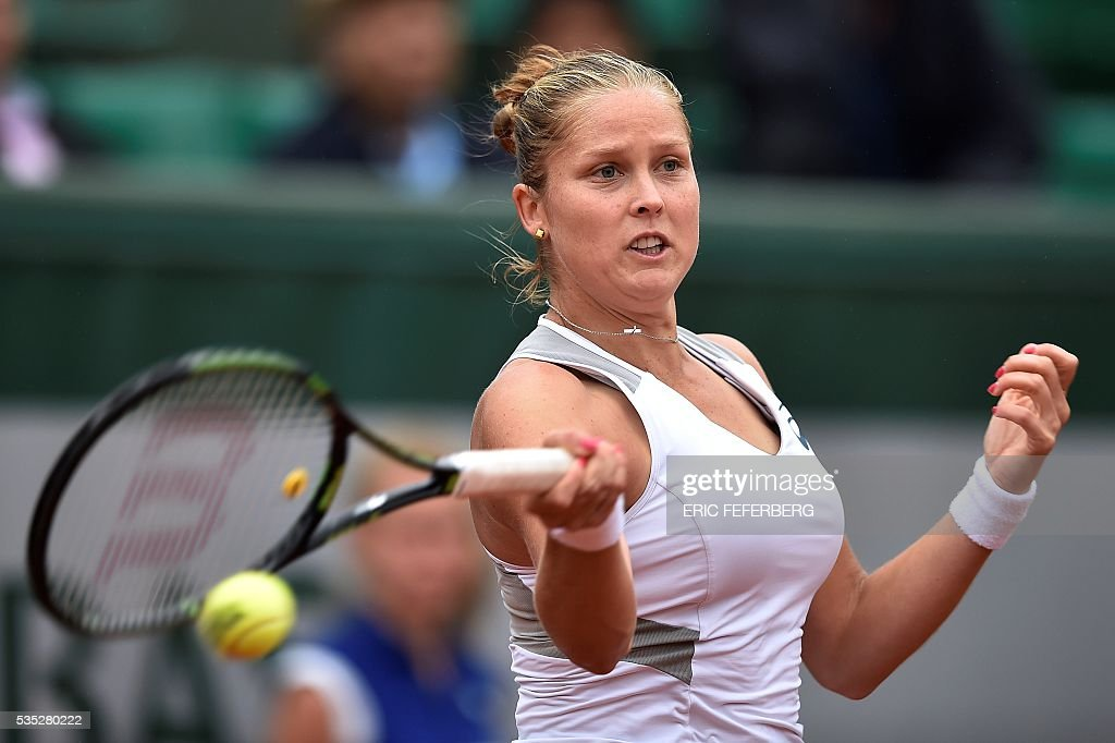 US player Shelby Rogers returns the ball to Romania's Irina Begu during their women's fourth round match at the Roland Garros 2016 French Tennis Open in Paris on May 29, 2016. / AFP / Eric FEFERBERG