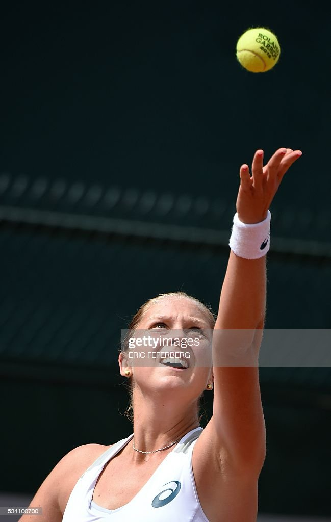 US player Shelby Rogers returns the ball to Russia's Elena Vesnina during their women's second round match at the Roland Garros 2016 French Tennis Open in Paris on May 25, 2016. / AFP / Eric FEFERBERG