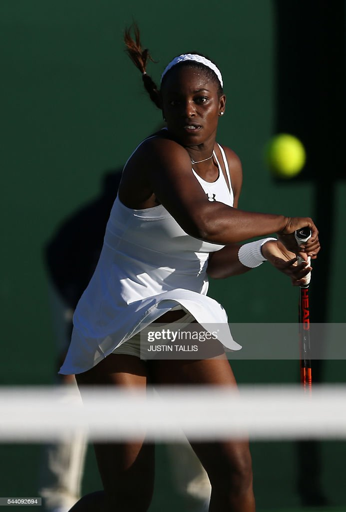 US player Sloane Stephens returns to Luxembourg's Mandy Minella during their women's singles third round match on the fifth day of the 2016 Wimbledon Championships at The All England Lawn Tennis Club in Wimbledon, southwest London, on July 1, 2016. / AFP / JUSTIN