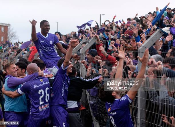 Players and fans of Defensor celebrate after winning the Uruguayan Apertura football tournament after defeating Fenix in Montevideo on May 13 2017 /...